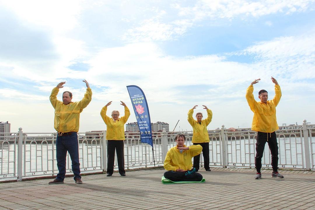 Practicantes hacen los ejercicios de Falun Dafa en un parque de Rusia en abril de 2018. (Crédito: minghui.org)
