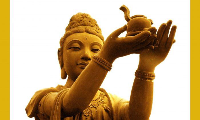 Una de las estatuas de una Boddhisatva llevando ofrendas al Buda Gigante Tian Tan en Ngong Ping, Isla de Lantau en Hong Kong. (Sun Mingguo/La Gran Época)