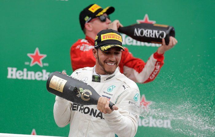 El piloto británico Lewis Hamilton de Mercedes celebra luego del Gran Premio de Brasil hoy, domingo 11 de noviembre de 2018, en Sao Paulo (Brasil). Hamilton (Mercedes), quíntuple campeón del mundo, ganó este domingo el Gran Premio de Brasil, la penúltima prueba del Mundial de Fórmula Uno, que se disputó en el circuito de Interlagos de Sao Paulo, donde su escudería se aseguró matemáticamente su quinto Mundial de constructores seguido. Hamilton logró su victoria 72 en F1 al ganar por delante del holandés Max Verstappen (Red Bull) y del finlandés Kimi Raikkonen (Ferrari). EFE/Sebastiao Moreira