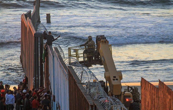 Aproximadamente 800 migrantes centroamericanos llegaron a la fronteriza ciudad mexicana de Tijuana con el propósito de solicitar asilo en Estados Unidos, y para el viernes se espera la llegada de al menos 2.000 más en autobuses. EFE/Joebeth Terriquez