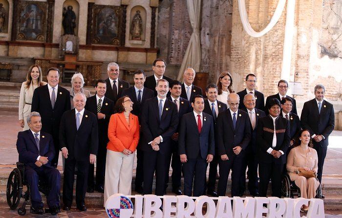 Participantes posan durante la foto oficial de jefes de estado en la XXVI Cumbre Iberoamericana, hoy, en Antigua, Guatemala. EFE/José Méndez