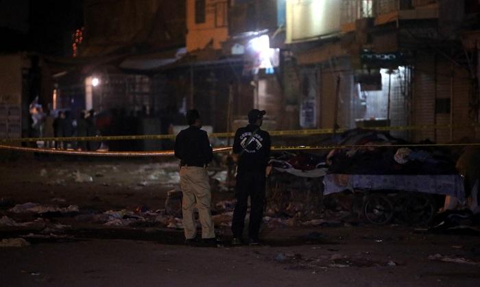 Funcionarios de seguridad pakistaníes inspeccionan el lugar de la explosión de una bomba en Karachi, Pakistán, el 17 de noviembre de 2018. Al menos dos personas murieron y varias resultaron heridas cuando se produjo una potente explosión en Karachi. No hubo ningún reclamo inmediato de responsabilidad por parte de ningún grupo. EFE/EPA/REHAN KHAN
