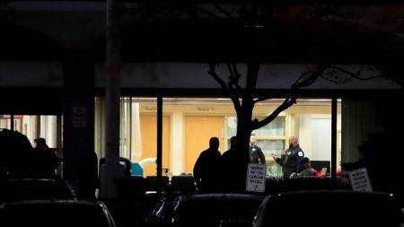 Dos mujeres, un policía y el atacante, muertos en un tiroteo en un hospital de EE.UU. (Ampliación)