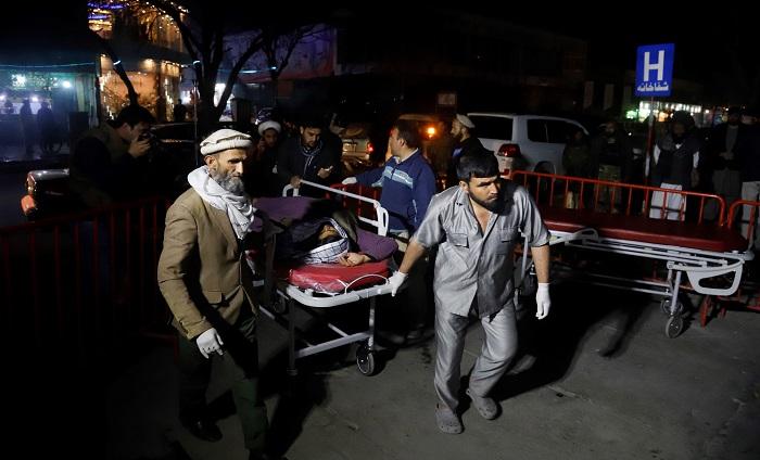 Miembros de los servicios de emergencia transportan en camilla a un herido tras un ataque suicida en Kabul, Afganistán, hoy, 20 de noviembre de 2018. Al menos 40 personas murieron y otras 60 resultaron heridas en una explosión cerca de un salón de bodas en la ciudad de Kabul, informaron hoy fuentes oficiales del Gobierno afgano. EFE/ Jawad Jalali