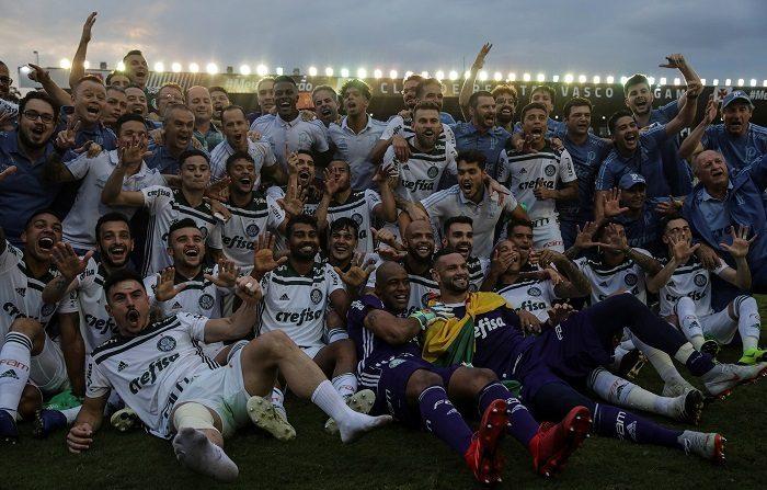 Jugadores de Palmeiras celebran al vencer 1-0 de Vasco da Gama, en la final del Campeonato Brasileño 2018 hoy, domingo 25 de noviembre de 2018, en el estadio San Januario en la ciudad de Río de Janeiro (Brasil). EFE/ Antonio Lacerda