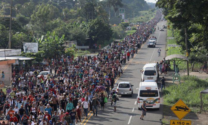 Una caravana de migrantes ingresa a México luego de cruzar la frontera con Guatemala cerca de la Ciudad Hidalgo, México el 21 de octubre de 2018. (John Moore/Getty Images)