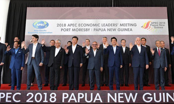 """Líderes de APEC posan para una """"foto de familia"""" durante la Cumbre de Cooperación Económica Asia-Pacífico (APEC) en Port Moresby, el 18 de noviembre de 2018. (SAEED KHAN/AFP/Getty Images)"""