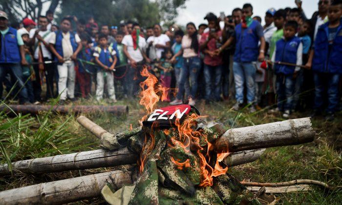 Indígenas de la etnia Nasa queman uniformes arrebatados a guerrilleros del ELN en Corinto, departamento del Cauca, Colombia, el 6 de julio de 2018. (Luis Robayo/AFP/Getty Images)