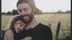 Los graciosos movimientos de labios de este papá y su bebé enamoran a Maroon 5 y a toda la red