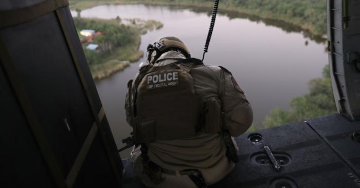 Un agente de Aduanas y Protección Fronteriza de los Estados Unidos busca patrulla en helicóptero el área de Río Grande en la frontera México-Estados Unidos el 6 de noviembre de 2018 en McAllen, Texas. (Foto de John Moore/Getty Images)