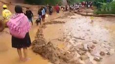 Estudiantes peruanos arriesgan sus vidas cruzando un río crecido por las inundaciones para ir a la escuela
