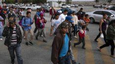 Los migrantes desbordan las calles de Tijuana y crece la preocupación entre residentes y autoridades