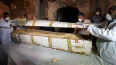 Hallan en Egipto sarcófagos, objetos funerarios y una momia de miles de años de antigüedad