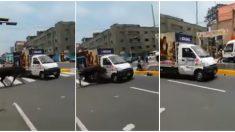 Toro embiste vehículo en plena avenida causando alarma entre los transeúntes