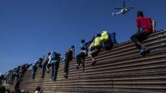 México deporta a 98 migrantes de la caravana por los hechos violentos en la garita de Tijuana