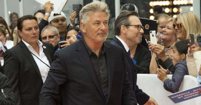 """El actor Alec Baldwin (C) llega para la proyección de la película """"El público"""" durante la 43ª edición del Festival Internacional de Cine de Toronto (TIFF) en Toronto, Canadá, el 9 de septiembre de 2018. EFE/EPA/File"""