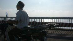 Madre busca desesperada al motorista que salvó la vida de su bebé abriendo el tráfico en España