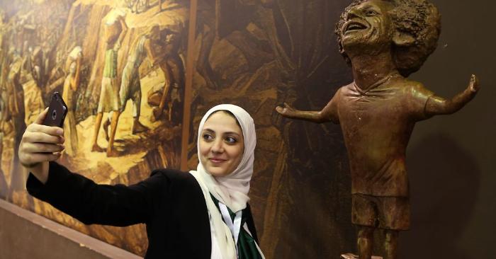 Una mujer se toma una selfie junto a la estatua del delantero egipcio del Liverpool, Mohamed Salah, el 5 de noviembre de 2018. (Foto de AFP/Getty Images)