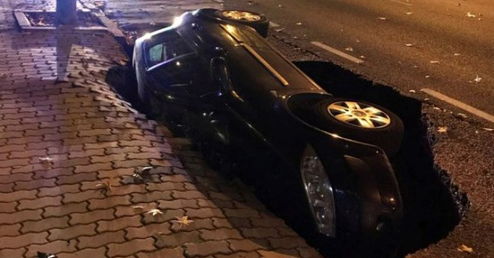 El vehículo, un Renault Megane, se encontraba estacionado en un tramo en cuesta de la avenida cuando el suelo cedió. EFE