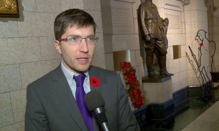 El diputado canadiense Garnett Genuis habla sobre el proyecto de ley sobre tráfico de órganos en Parliament Hill, Ottawa, el 30 de octubre de 2018. (Gerry Smith/NTD Television)