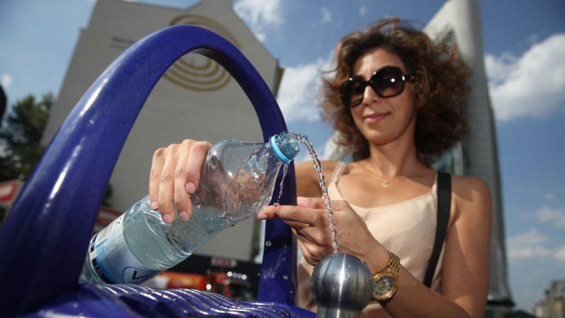 Berlín lanza iniciativa pública de fuente de agua potable BERLÍN, ALEMANIA - 23 DE AGOSTO: Un visitante de Irán llena una botella con agua de una de las primeras fuentes de agua potable públicas de Berlín el 23 de agosto de 2018 en Berlín, Alemania. Mientras que beber agua del grifo es común en algunos países, en Estados Unidos, en Alemania y en muchos países de Europa sigue siendo la excepción. Berliner Wasserbetriebe, la empresa de servicios de agua de la ciudad, planea instalar un total de 100 fuentes públicas para beber en toda la ciudad. (Foto por Sean Gallup/Getty Images)