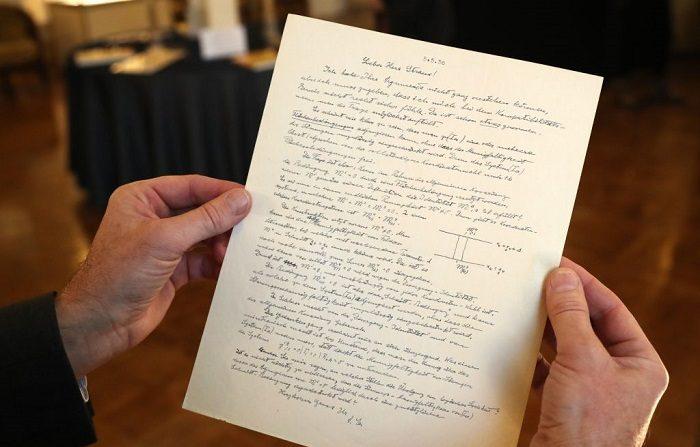 Esta fotografía, tomada el 25 de octubre de 2018, muestra una carta firmada de Albert Einstein a Ernst Gabor Strauss, sobre la teoría del campo unificado, incluyendo su carta de suicidio antes de su subasta en París. (Foto de JACQUES DEMARTHON / AFP) (El crédito de la foto debe ser JACQUES DEMARTHON/AFP/Getty Images)