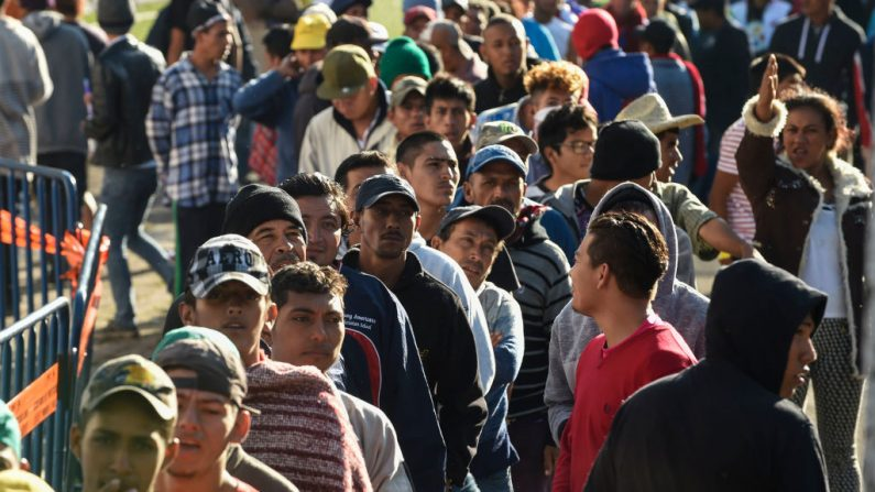 Migrantes centroamericanos -en su mayoría hondureños- que participan en una caravana a Estados Unidos en un centro deportivo en la Ciudad de México, el 6 de noviembre de 2018. (ALFREDO ESTRELLA/AFP/Getty Images)