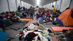 Caravana de migrantes descansa en el estadio de la Ciudad de México