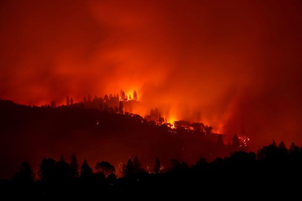 California sufre un incendio con récord de muertes — Bajo fuego