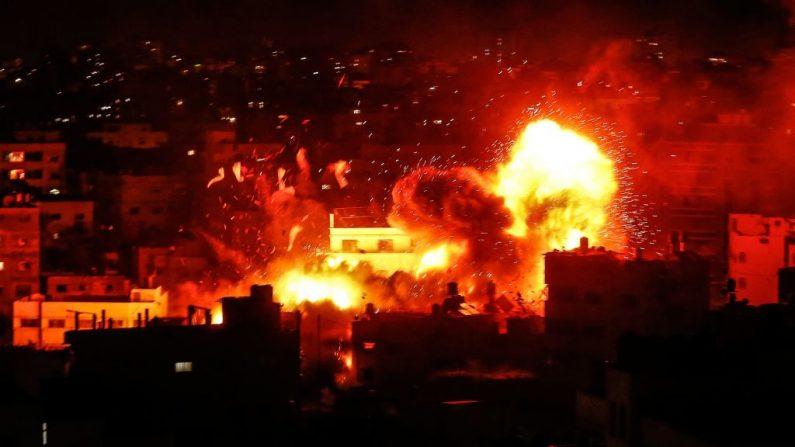 Una bola de fuego sobre el edificio que alberga la estación de televisión de Al-Aqsa del grupo terrorista Hamas en la Franja de Gaza durante un ataque aéreo israelí en respuesta a un bombardeo de cohetes contra sus civiles. (MAHMUD HAMS/AFP/Getty Images)