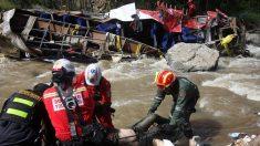 Al menos 5 muertos y 10 heridos tras caer camión a precipicio en sur de Perú