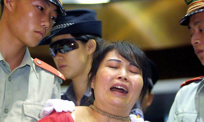 Wang Xiongyin, traficante de drogas condenada a muerte por vender 200 gramos de heroína por 27.000 yuanes en 1999, en Guangzhou, el 26 de junio de 2003; ese día en China se conmemora el Día Internacional contra la Droga. (STR/AFP/Getty Images)