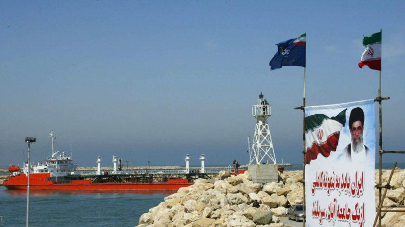 Un barco petrolero en el Mar Caspio, abril de 2004. (HENGHAMEH FAHIMI/AFP/Getty Images)