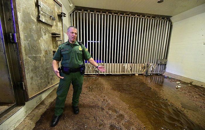 El agente de la Patrulla Fronteriza de los Estados Unidos Kevin Hecht abre la puerta a un túnel subterráneo cerca de la Estación Fronteriza Morley Gate en la frontera México-Estados Unidos en Nogales, Arizona, el 13 de octubre de 2016, que una vez fue muy utilizado, pero que estuvo sellado durante al menos una década. Desde que descubrieron el primer túnel de drogas en la cercana Douglas, Arizona, en 1990, los funcionarios fronterizos han encontrado casi 200 más a lo largo de la frontera de los 2.000 en el suroeste, la mayoría en Arizona y California, con numerosos túneles en el área de Nogales. / AFP / Frederic J. BROWN (En la foto se debe leer FREDERIC J. BROWN/AFP/Getty Images)