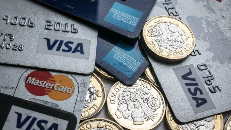 En la foto, las tarjetas de crédito y débito que fueron clonadas y La Policía Nacional detuvo en Madrid a 19 personas (entre ellas un condenado por financiar los atentados del 11-S) que clonaban tarjetas de crédito con las que intentaron defraudar cinco millones de euros en cajeros automáticos y establecimientos comerciales. (Foto de Matt Cardy/Getty Images)