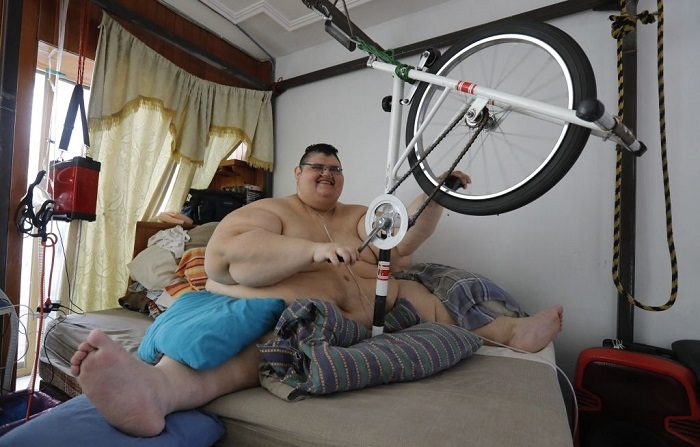 El mexicano Juan Pedro Franco, el hombre más pesado del mundo según el Guinness World Records en 2017 con un peso de 595 kilogramos, hace ejercicios en su casa de Guadalajara, estado de Jalisco, México. Franco, de 33 años, perdió 250 kilogramos después de someterse a un tratamiento médico que incluyó dos cirugías y ahora sueña con poder volver a caminar. FOTOGRAFÍA AFP/ULISES RUIZ (El crédito de la foto debe leer ULISES RUIZ/AFP/Getty Images)