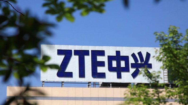 Esta foto tomada el 19 de abril de 2018 muestra el logotipo de ZTE en un edificio en Nanjing, en la provincia oriental de Jiangsu, China. - El gigante chino de las telecomunicaciones ZTE prometió el 20 de abril luchar contra una orden estadounidense que le prohibía comprar y utilizar tecnología estadounidense, una medida que  enfureció a Beijing. (AFP/Getty Images)