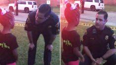Un policía alivia la angustia de una niña en la escena de un crimen y hace que lluevan caramelos