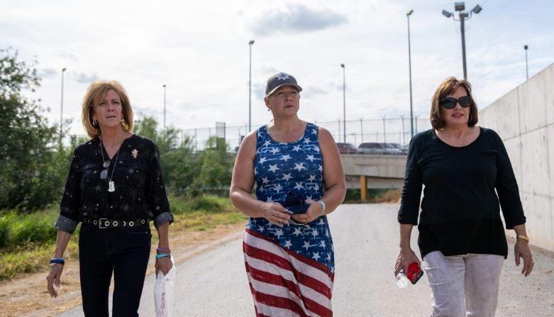 (Izq a der.) Mary Ann Mendoza, Diane Ventura y Lynne Ryan cerca de la frontera entre EE. UU. y México en Hidalgo,Texas, 5 de noviembre de 2018. (Samira Bouaou/La Gran Época)