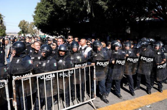 Policia mexicano violando a un reclusa esposada de perrito maacutes httpzoee4frz - 2 1