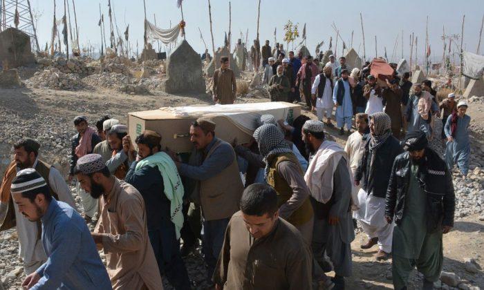 Pakistaníes cargan los ataúdes de las víctimas que murieron en un ataque en el consulado chino, durante una ceremonia fúnebre en Quetta, el 24 de noviembre de 2018. (Banaras Khan/AFP/Getty Images)