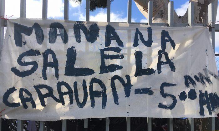 Una bandera pintada a mano en la valla alrededor del complejo deportivo donde hasta 5000 migrantes están acampando en Tijuana, México, el 24 de noviembre de 2018. (Charlotte Cuthbertson/La Gran Época)