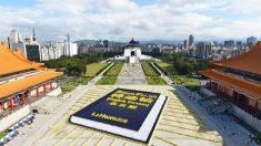 Miles de personas de todo el mundo se reúnen en Taipei para formar la imagen del libro que guía su espiritualidad