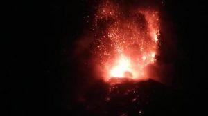Volcán de Fuego ruge y dispersa lava: alerta roja y evacuaciones en Escuintla