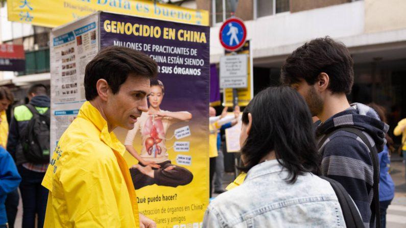 Practicantes de Falun Dafa de Argentina juntan firmas para la petición presentada ante el presidente Mauricio Macri, en el barrio chino de Buenos Aires, 13 de mayo de 2018. (Asociación Civil Estudio de Falun Dafa)