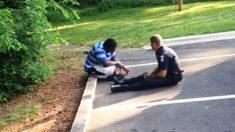 La imagen de policía conteniendo a un joven suicida con autismo deja un fuerte e inspirador mensaje