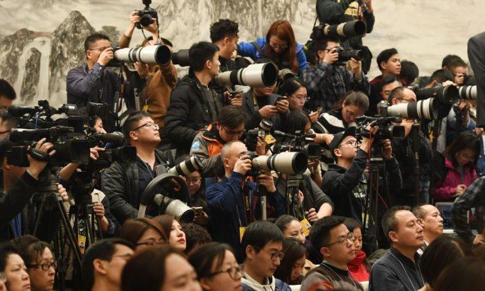 Periodistas en una rueda de prensa de la Conferencia Consultiva Política del Pueblo Chino en el Gran Salón del Pueblo en Beijing, el 2 de marzo de 2018. (Greg Baker/AFP/Getty Images)