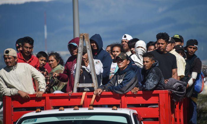 Migrantes de países centroamericanos -en su mayoría hondureños- que se dirigen en una caravana a Estados Unidos a bordo de un camión en la ruta entre Ciudad de México y Puebla, el 5 de noviembre de 2018.  (Rodrigo Arangua/AFP/Getty Images)