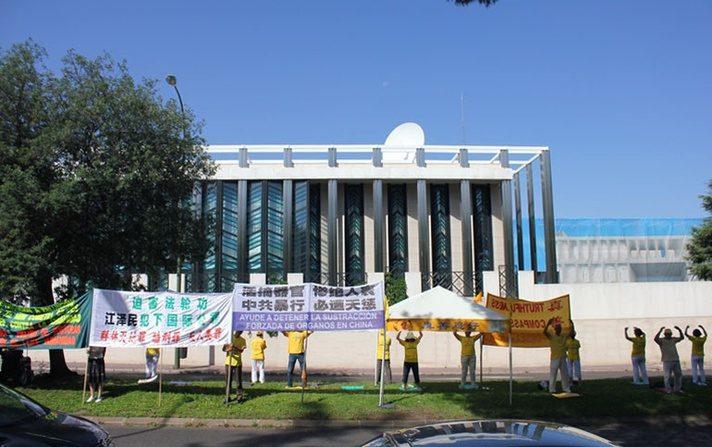 Practicantes de Falun Gong realizando una concentración pacífica frente a la embajada de la R.P. China en Madrid en julio de 2017.