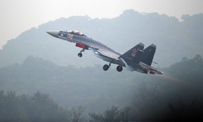 Un avión de combate SU-35 de Sukhoi despega durante un vuelo de prueba en vísperas del Airshow China 2014 en Zhuhai, una ciudad en la provincia de Guangdong, en el sur de China, el 10 de noviembre de 2014. (Johannes Eisele/AFP/Getty Images)